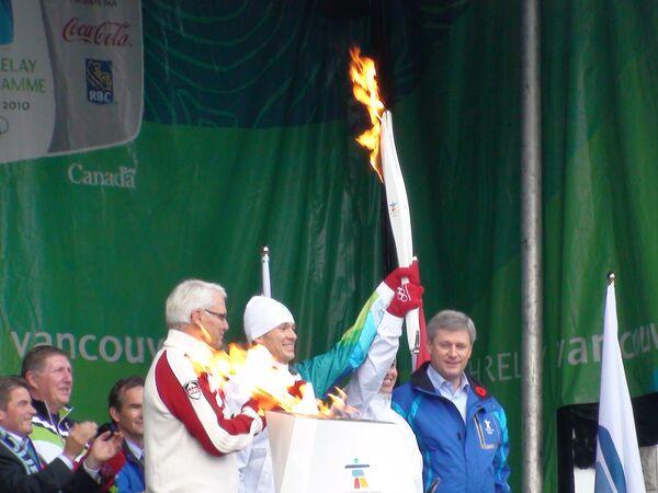 Первый факел олимпийской эстафеты Игр-2010 зажжен на канадской земле