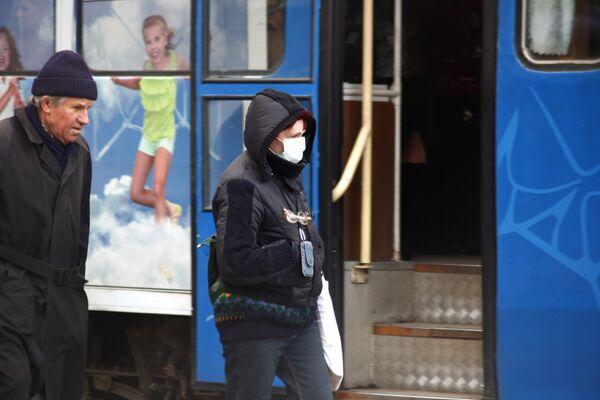 Жители Днепропетровска принимают меры для защиты от вируса свиного гриппа