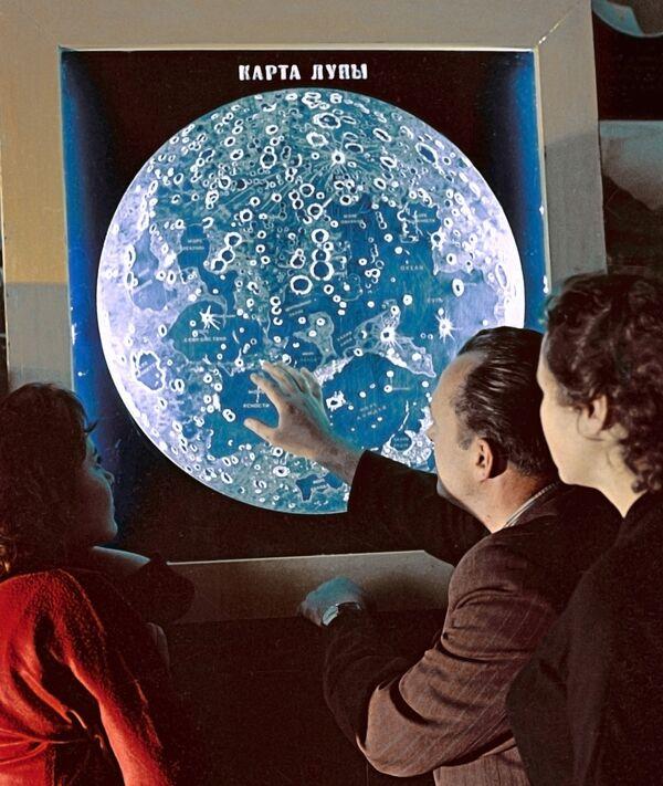 У карты Луны в Московском планетарии. Архив