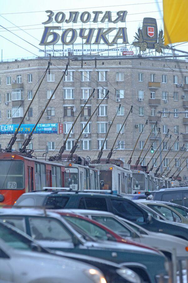 Упавший рекламный щит спровоцировал ДТП на севере Москвы