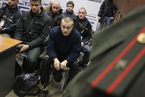 Власти выясняют, почему в аэропорту Калининграда застряли срочники