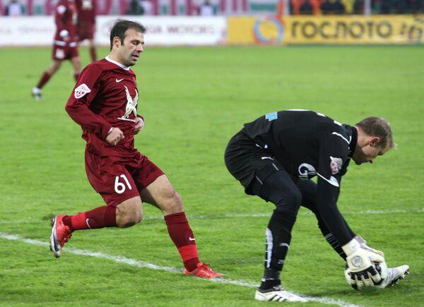 Полузащитник Рубина Гекдениз Карадениз и вратарь Зенита Вячеслав Малафеев (слева направо)