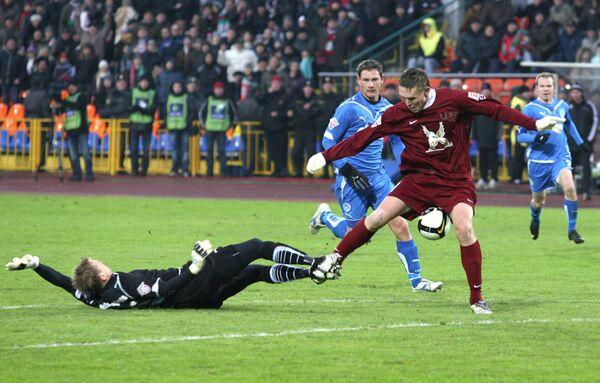 Нападающий Рубина Александр Бухаров (справа) и вратарь Зенита Вячеслав Малафеев (слева)