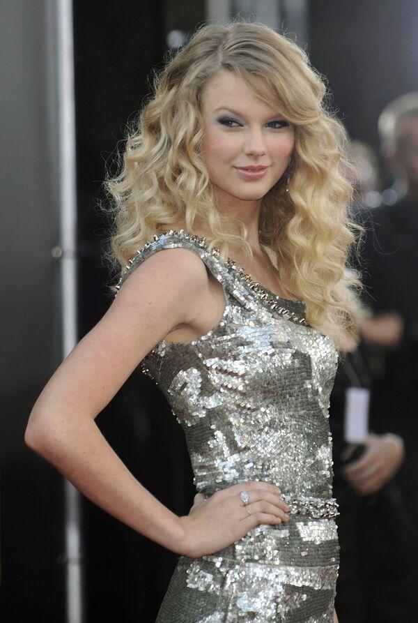 Премия исполнитель года American Music Awards (AMA) присуждена певице Тейлор Свифт