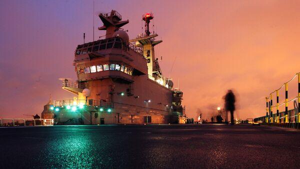 Французский военный корабль-вертолетоносец класса Мистраль на набережной имени Лейтенанта Шмидта