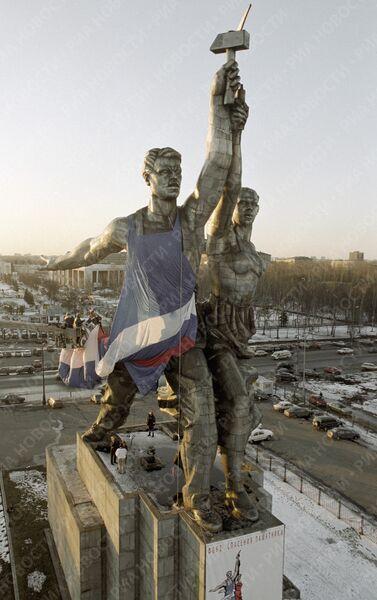 Скульптура Мухиной «Рабочий и колхозница» во время акции одевания