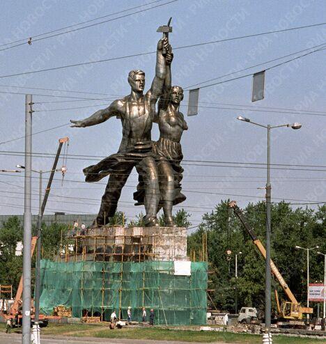 Реставрация скульптуры Рабочий и колхозница