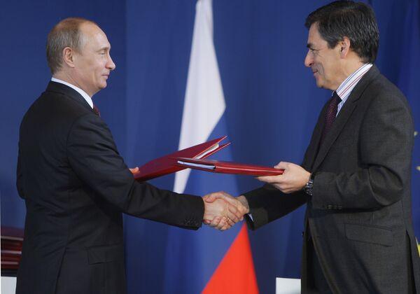 Премьер-министр РФ Владимир Путин и премьер-министр Франции Франсуа Фийон во время церемонии подписания совместных документов