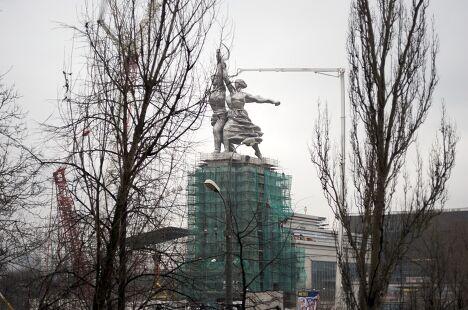 Скульптура Рабочий и Колхозница установлена на постамент