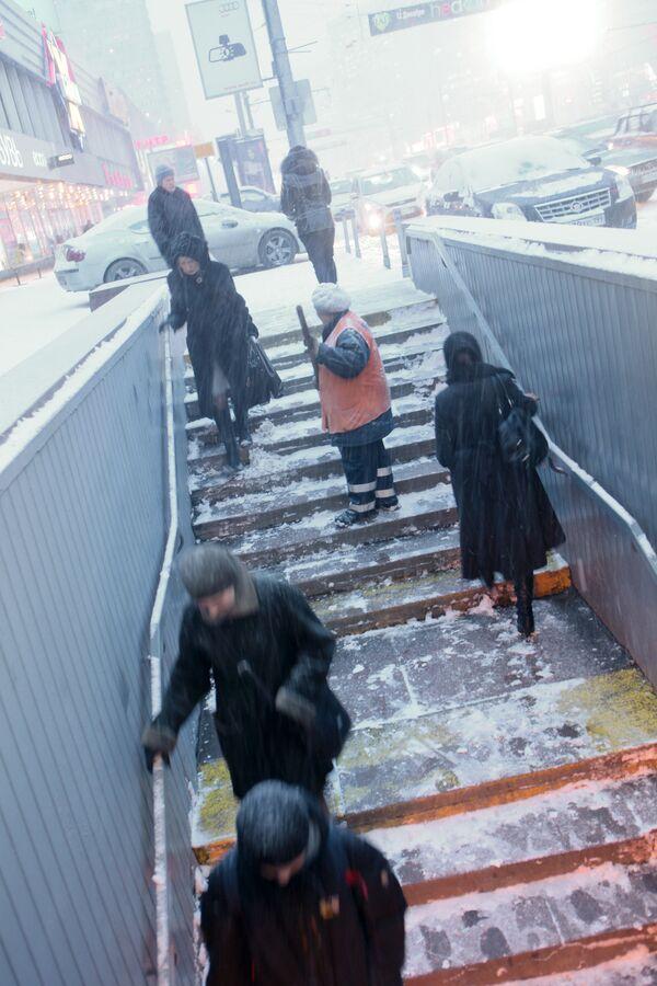 Один человек насмерть замерз в Москве минувшей ночью, еще 9 госпитализированы