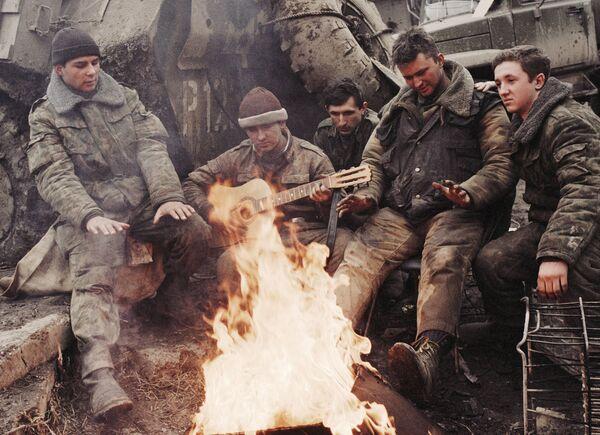 Российские солдаты у костра в Грозном