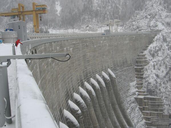 На гребне плотины Саяно-Шешенской ГЭС