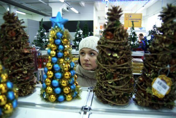 Москвичи активно покупают живые и искусственные новогодние ели