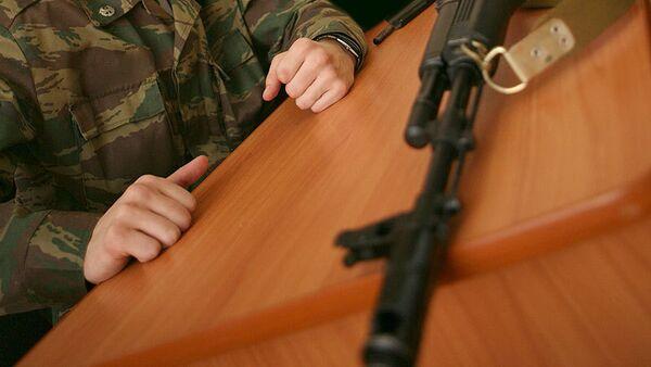 Российский военнослужащий покинул часть с оружием