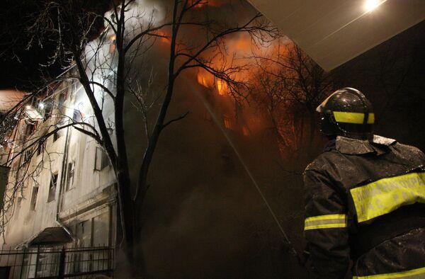 Тушение крупного пожара в жилом доме старой постройки в центре Москвы в районе Чистопрудного бульвара