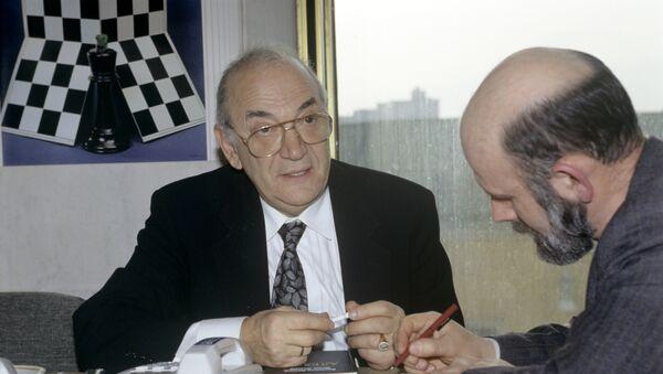 Корчной вновь вышел вперед в шахматной Битве гигантов со Спасским