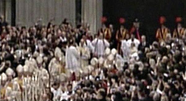 Нападение на Папу Римского Бенедикта XVI во время рождественской мессы