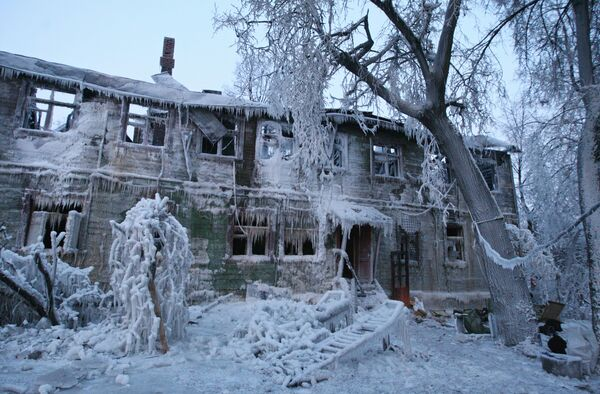 Сгоревший памятник истории в Царицыно после тушения пожара