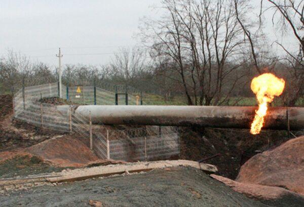 Горящий газ на месте подрыва магистрального газопровода Моздок-Казимагомед