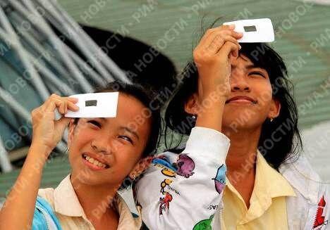 Жители Джакарты наблюдают солнечное затмение
