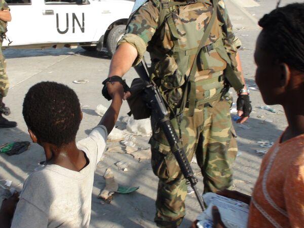 На пункте раздачи гуманитарной помощи на Гаити