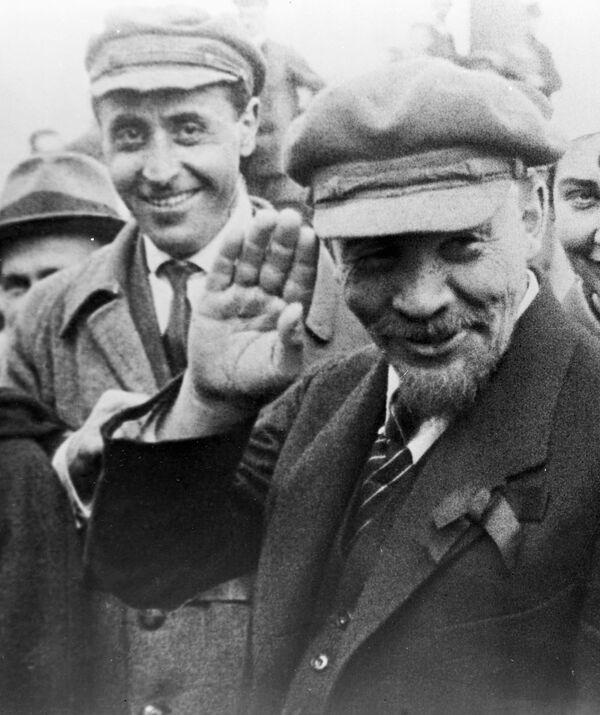 В. И. Ленин во время закладки памятника Освобожденный труд на Пречистенской набережной. Архив