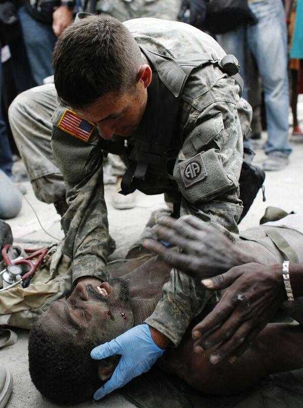 Американские военные спасли мужчину, пролежавшего 14 дней под завалами в Порт-о-Пренсе