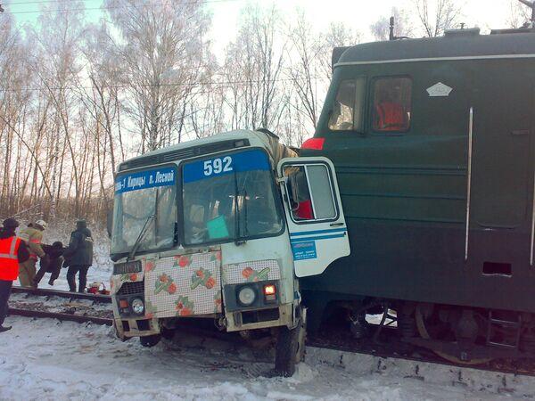 На месте столкновения локомотива с рейсовым автобусом в Рязанской области