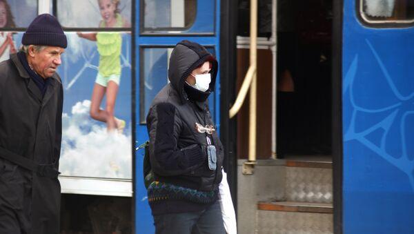 Женщина в защитной маске. Архив