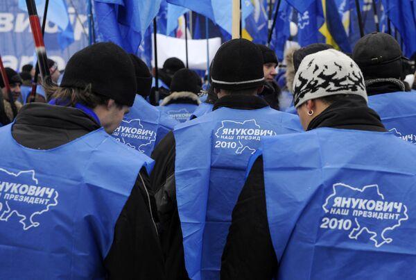 Митинг сторонников Виктора Януковича у здания ЦИК Украины