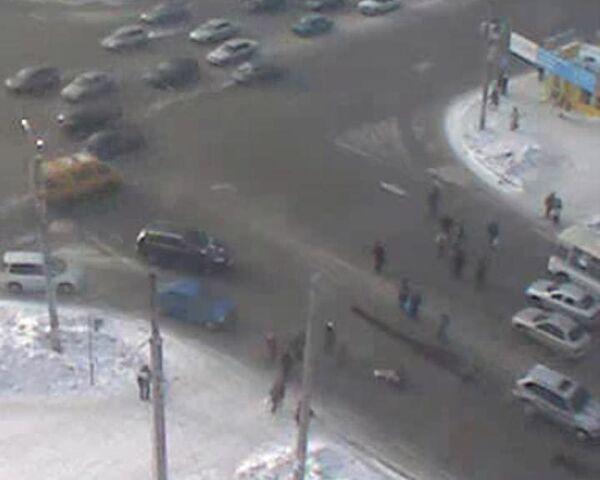 Джип протаранил толпу пешеходов, переходивших дорогу на зеленый свет