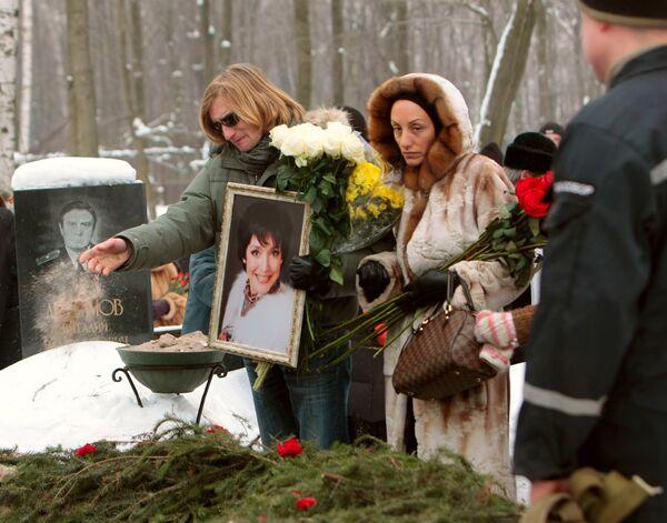 Отпевание и похороны актрисы Анны Самохиной на Смоленском кладбище.