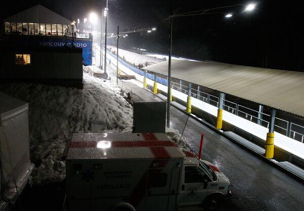 Машина скорой помощи у 16-го виража санной трассы в Уистлере