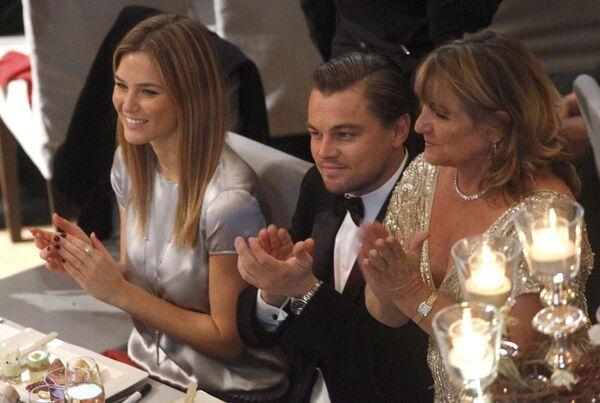 Актер Леонардо Ди Каприо с девушкой Бар Рафаэли и мамой Ирмелин Ди Каприо на Берлинском кинофестивале