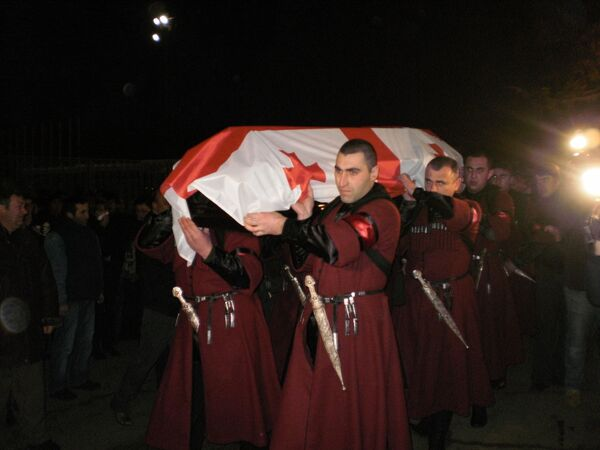 Тело грузинского саночника Нодара Кумариташвили, погибшего в Ванкувере доставили в Тбилисский международный аэропорт в ночь на среду.