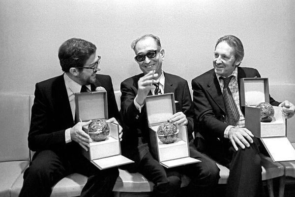 Японский режиссер Акира Куросава (в центре) на IX Московском кинофестивале, где он был удостоен главного приза за фильм Дерсу Узала