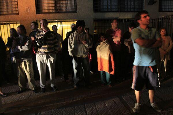 Жители Сантьяго, пострадавшего от землетряснения