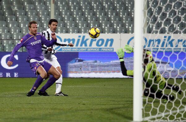 Фабио Гроссо (Ювентус) бьет по воротам Фиорентины