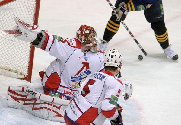 Игровой момент матча плей-офф КХЛ Атлант - Локомотив