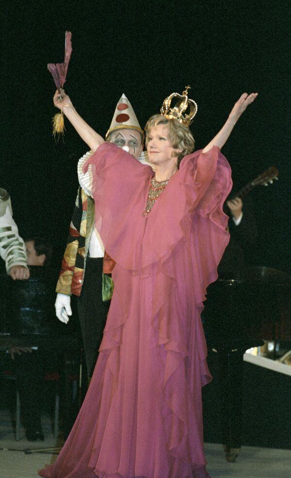Юлия Борисова в сцене из спектакля Принцесса Турандот