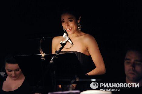 Певица Лина Чопра в сцене из спектакля Дидона и Эней
