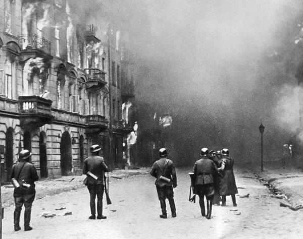 1 августа в 17 часов повстанцы развернули бои в Варшаве