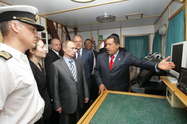 Владимир Путин и Уго Чавес посетили барк Крузенштерн, пришвартованный в порту Каракаса