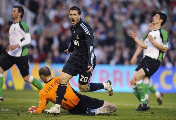 Игровой момент матча Расинг - Реал