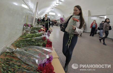 Жертв теракта в московском метро поминают на станции Лубянка