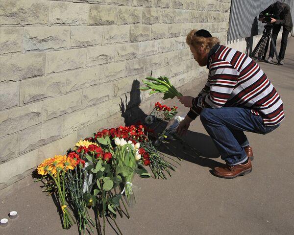 В знак скорби люди приносят цветы к посольству Польши в Москве