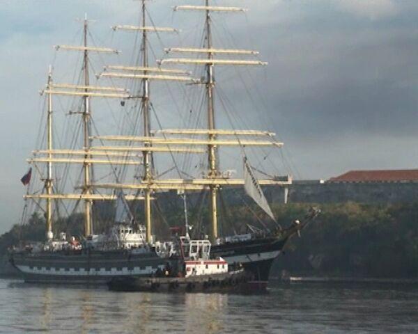 Кубинцы стояли в очереди, чтобы попасть на борт Крузенштерна