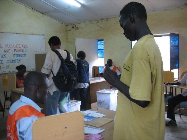 Избиратели голосуют на выборах  на юге Судана