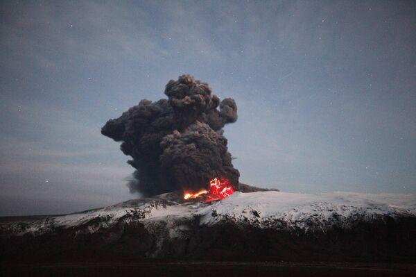 Извержения вулкана, расположенного на леднике Эйяфьятлайокудль