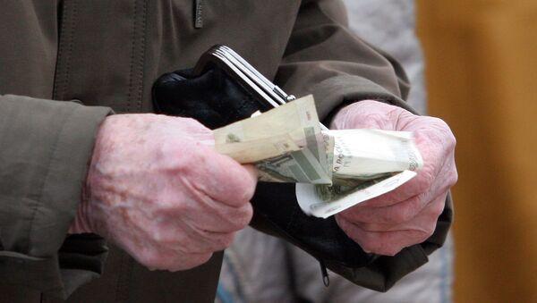 Пенсионеры делают покупки на рынке. Архив